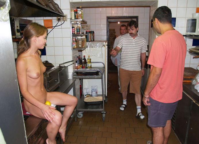 golaya-v-obshestvennom-tualete-foto