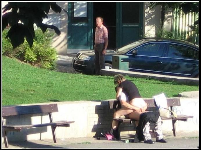 Некий мужчина предложил бомжихе заняться сексом за деньги на скамейке