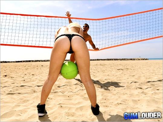 Voleyplaya femenino amateur con las chicas desnudas