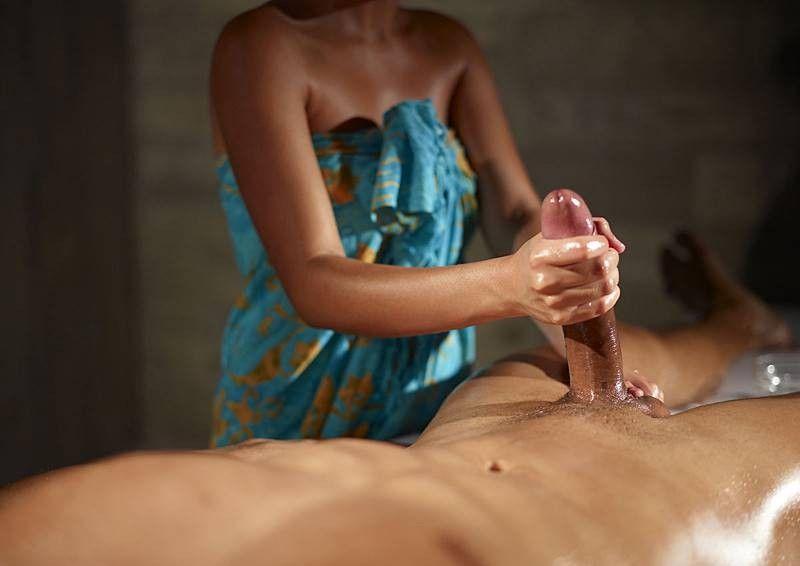 обнодежное фото девушка делает массаж голому мужику