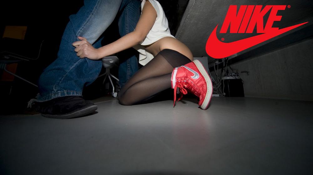 девушку в кроссовках порно