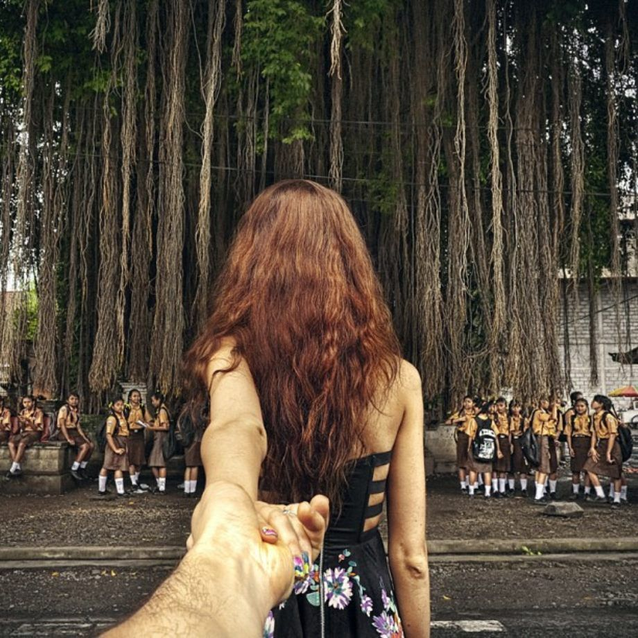 Спина девушки её держит парень за руку 20 фотография